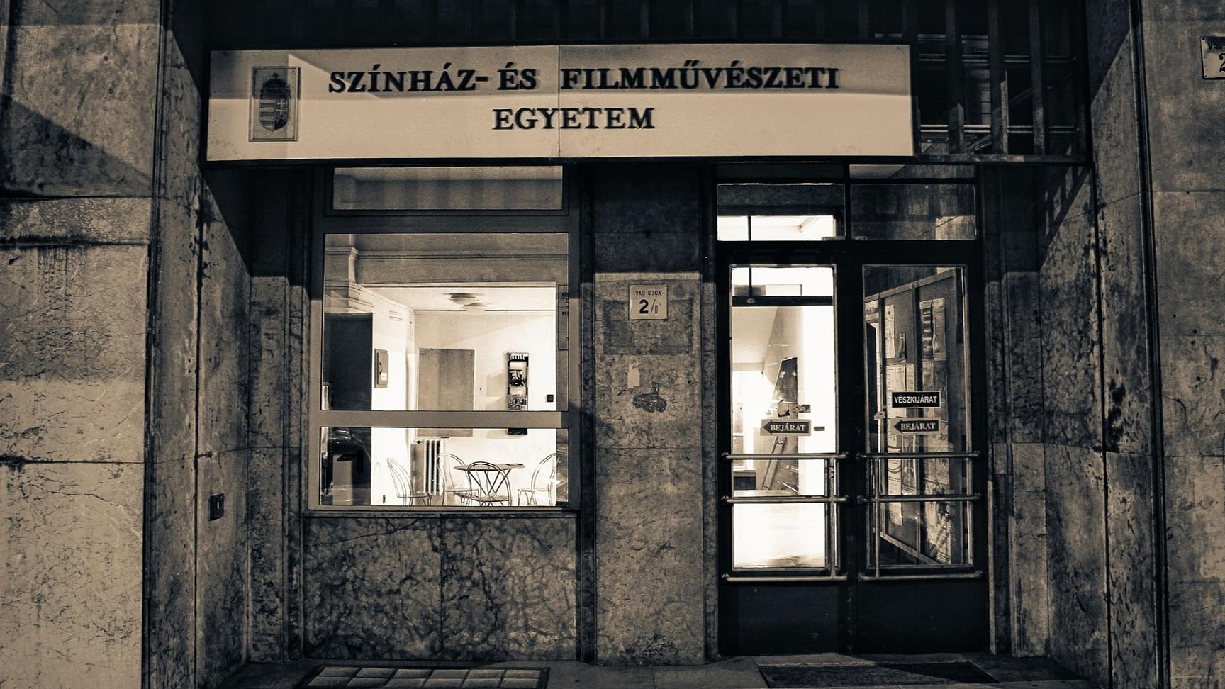 """""""Mi olyan sürgős?"""" – A Színművészeti 10 érve az egyetemet érintő törvénytervezet ellen"""